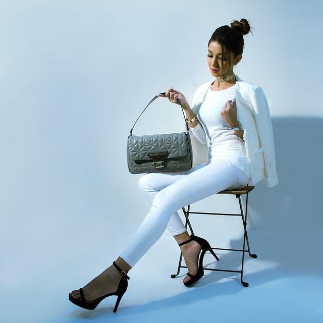žena v bílém oblečení, šedá kabelka