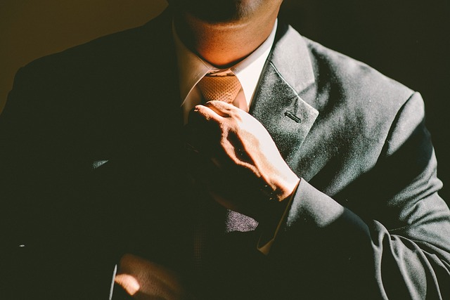 ruka na kravatě.jpg