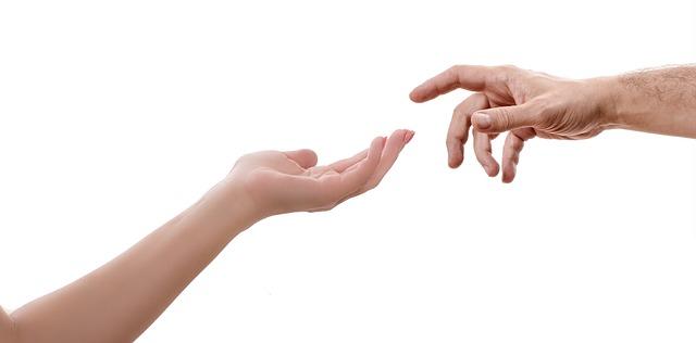 ruce u sebe