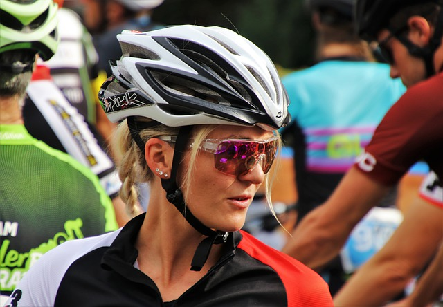 cyklistka s brýlemi