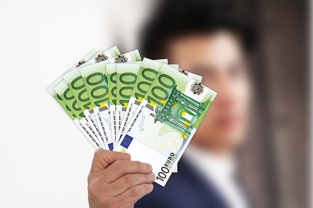 muž držící peníze v ruce