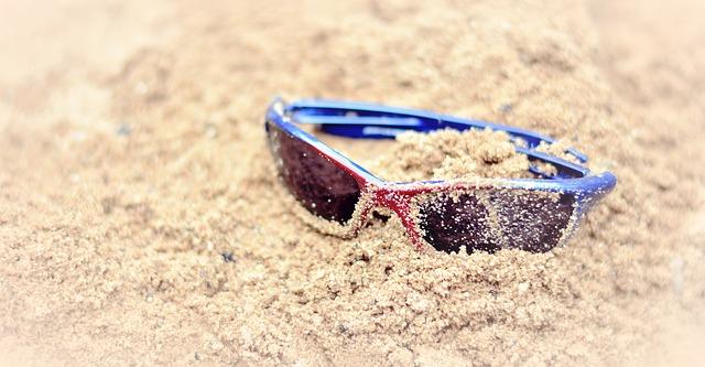 sluneční brýle obalené pískem