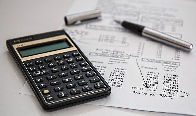kalkulačka na stole
