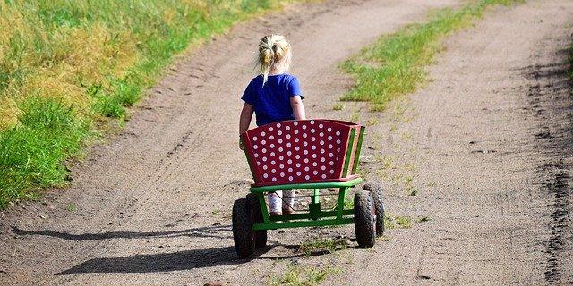 holčička s ručním vozíkem