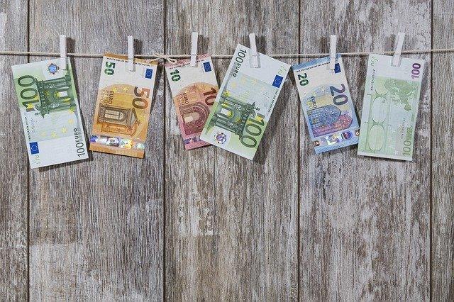 bankovky na šňůře